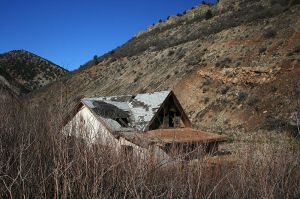 One of the few remaining buildings in Thistle, Utah. Photographed by Drew Zanki.